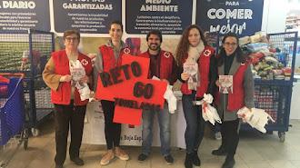 Voluntarios participando en la recogida en el Centro Comercia Carrefour de Almería.