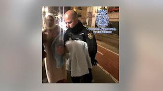 Un agente de la Policía con el bebé auxiliado. /Policía Nacional