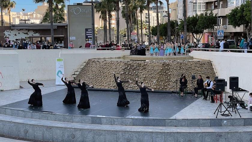 Celebración del Día Internacional de la Danza con alumnos y alumnas del Conservatorio Profesional de Danza 'Kina Jiménez'.