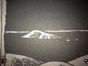 Photo: Série limitée 40ex numérotés, signés par HubbubHum. A3 gris, 300g, sérigraphié blanc et noir. détail île et horizon