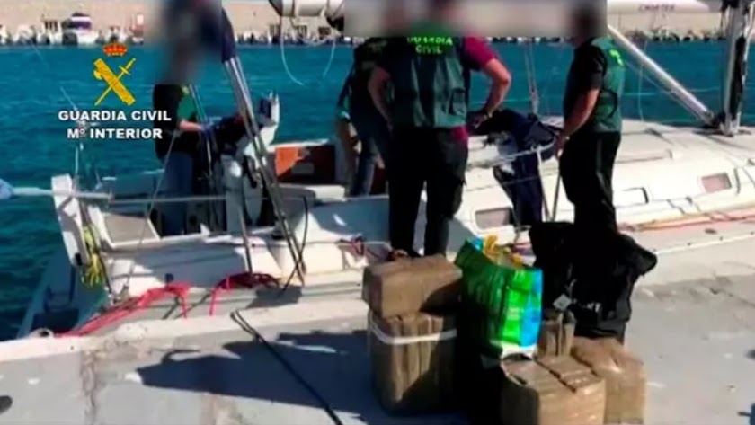 La Guardia Civil tras intervenir uno de los veleros de la banda.