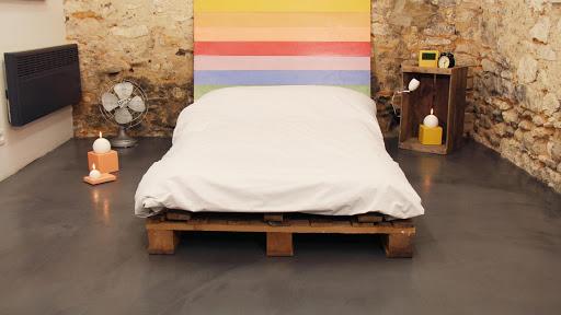 Un sol en béton ciré est idéal dans une chambre
