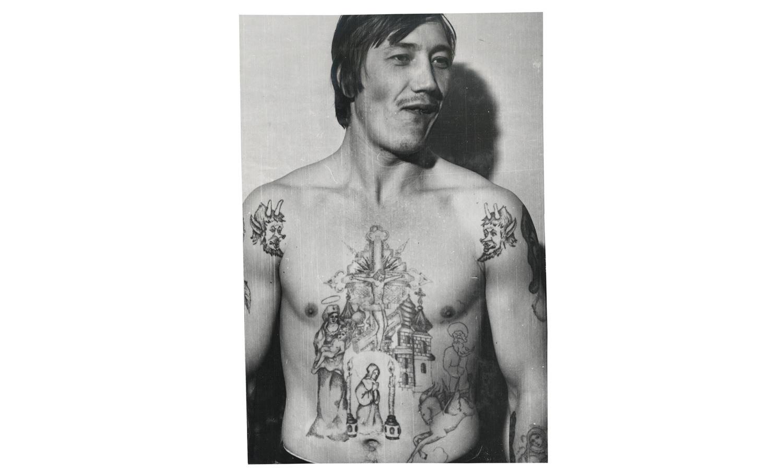 «Демоны» на плечах этого заключенного символизируют ненависть к авторитетам и тюремной иерархии. Этот тип татуировки известен как «оскал» – ее обладатель «показывает зубы» системе.
