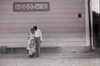 Photo: Rok 1977 .Przed budynkiem stacji kolejowej w Rogoźniku Antonina Aksamit z mężem i siostrą Ewą.  Zdjęcie udostępnione prze P.Ewe Aksamit.