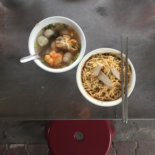 中午趁颱風還沒侵襲先出去吃個東西 不然侵襲時就無處可去 只能在家閉關吃泡麵了 - 配上豬油沙茶的意麵真的好好食呀! 綜合湯的料好豐盛 湯好清淡好好喝😋 料多味美 價格又漂亮 真的物超所值👍