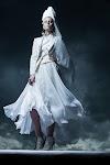 hautain kijkende vrouw in witte kleding