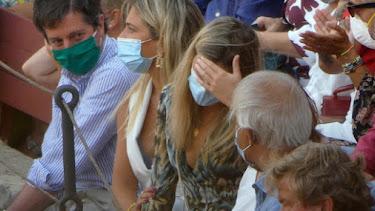 Ana Soria se echa las manos a la cabeza durante una corrida de Enrique Ponce.