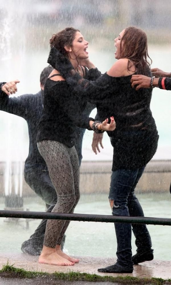 Miley Cyrus & Ashley Greene got wet:celebrities,big girl0