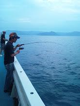 Photo: 今日は「近海ジギング!」 青物のご機嫌はいかに・・・。  ファーストヒットは、初乗船のヨコタさん!