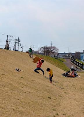 ダンボールで滑る子供