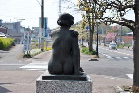 女性像の後ろ姿