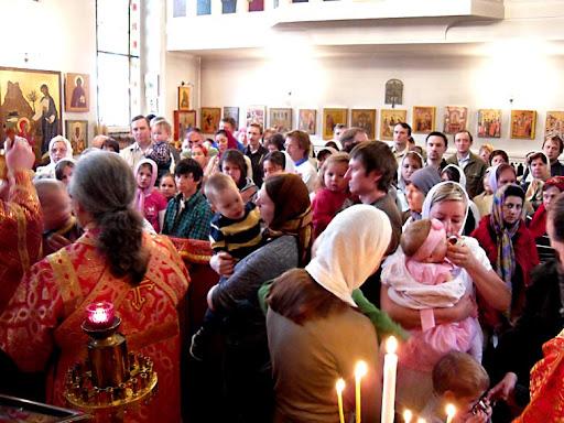 Божественная Литургия 1 мая 2011 года, Божий народ причащается. Дюссельдорф, Русская Церковь. Фото Алексея Потупина