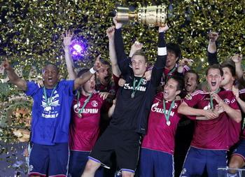 Manuel Neuer lifts the trophy, Duisburg - Schalke 04