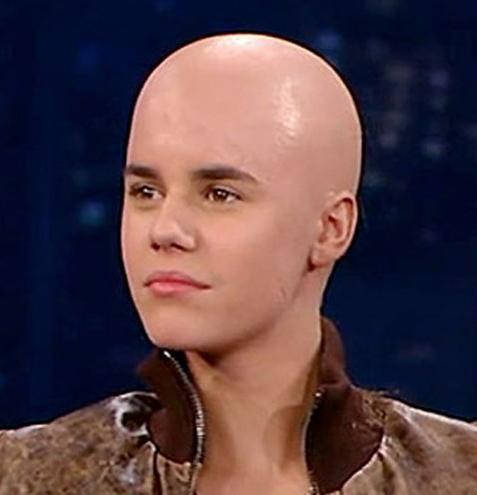 Justin Bieber aparece careca em programa de TV