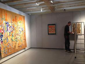 Photo: Espace contemporains de Dom Robert - Installation des cadres/