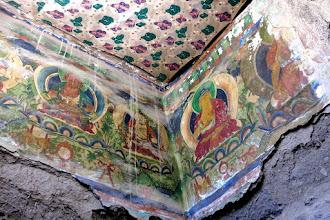Photo: Peintures murales à l'entrée de la gompa de Chudzong