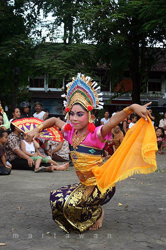 Potret Bali: Tari Kembang Girang
