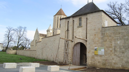Surgères castle : new drawbridge, rebuilt in 2014.