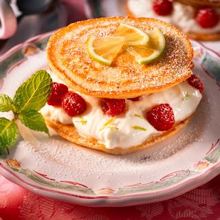 American Pancakes mit Limettenquark und Beeren
