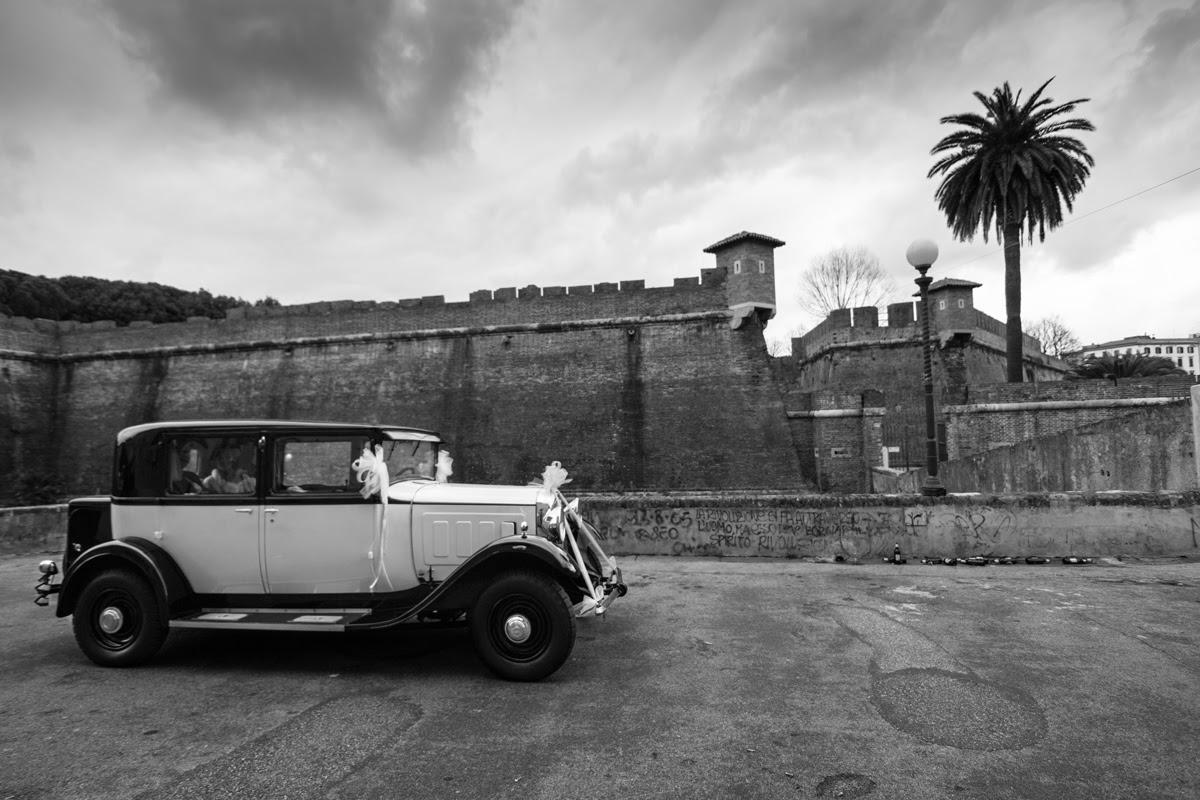 La macchina degli sposi davanti alla Fortezza Nuova