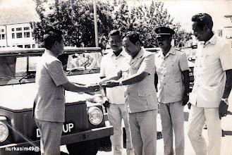 Photo: Penyerahan Mobil Pemilu 1977 kepadaKepala Wilayah Kecamatan Kotamadya Dati II Ujung Pandang olehSekretaris Kotamadya Dati II Ujung Pandang Drs.H.Moehammad Said. http://nurkasim49.blogspot.com/2011/12/vi.html