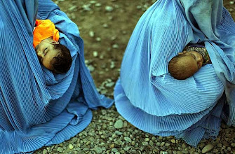 """Photo: Displaced women, some due to the Pakistan military offensive against the Taliban, hold their infants at a repatriation centre in the western city of Peshawar, located in the North West Frontier Province on April 30, 2009. U.S. President Barack Obama said on April 29 that Pakistan's greatest threat was internal, and not from long-time rival India, as Pakistan troops took back a key town to halt a Taliban advance on the capital.   REUTERS/Adrees Latif  (PAKISTAN CONFLICT IMAGES OF THE DAY)?Ð>D©??Z?F""""g??"""
