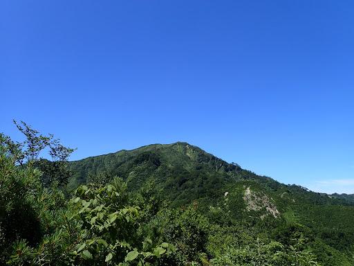 晴れ渡った山頂を振り返る