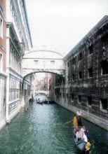Photo: 90年9月、サンセット・キスで有名な嘆き(ためいき)の橋。ただ…この運河は南北なので西日がさすことは無いんですが(ああ日没時というだけで日が差さすわけじゃなかった)。検索しても『リトル・ロマンス』以外出てこない。実はそんな伝説はないのだった…  『リトル・ロマンス』 http://inagara.octsky.net/little-romance