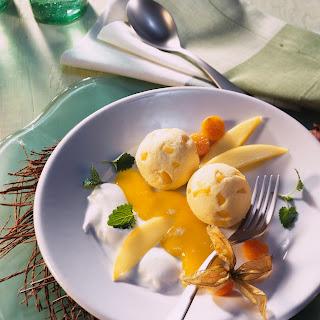 Topfen-Knödel mit Mangopüree und Joghurtsahne