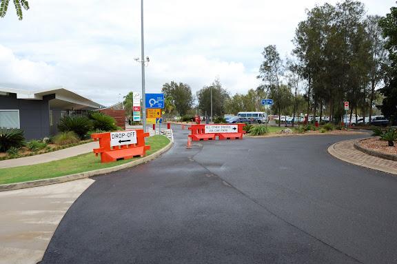 ハービーベイ空港の入り口と駐車場右手の写真