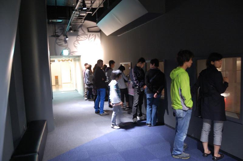 名古屋市科学館・外から放電ラボを見る写真