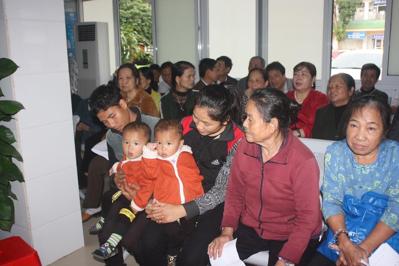 Rất đông trẻ em và người lớn đến khám