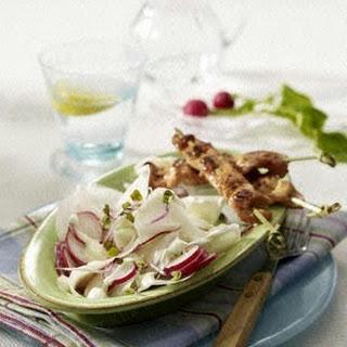 Rettich-Radieschen-Salat mit Wasabi-Schmand zu Puten-Sate