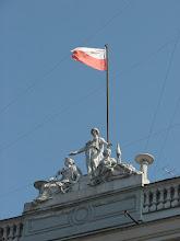 Photo: ul. Piotrkowska 104 - Wieńcząca fasadę rzeźbiarska kompozycja figuralna - alegoria Wolności