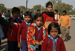Photo: Koululaisia koulupuvuissaan