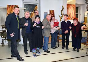 Photo: JAIME CARVAJAL - Holz in Bild und Skulptur. Vernissage am 20.2.2015. Einige Besucher mit dem Künstler. Foto; Barbara Zeininger