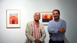Pérez Siquier y el director del museo delante de dos fotografías de la nueva exposición.