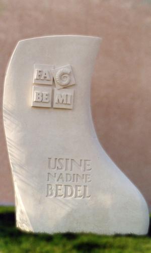 sculpture-enseigne-usine-fabemi-nadine-bedel-donzere-sculpture-monumentale-en-pierre-des-estaillades-26-84-france