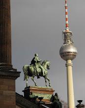Photo: Rytterstatue ved Alte Nationalgalerie
