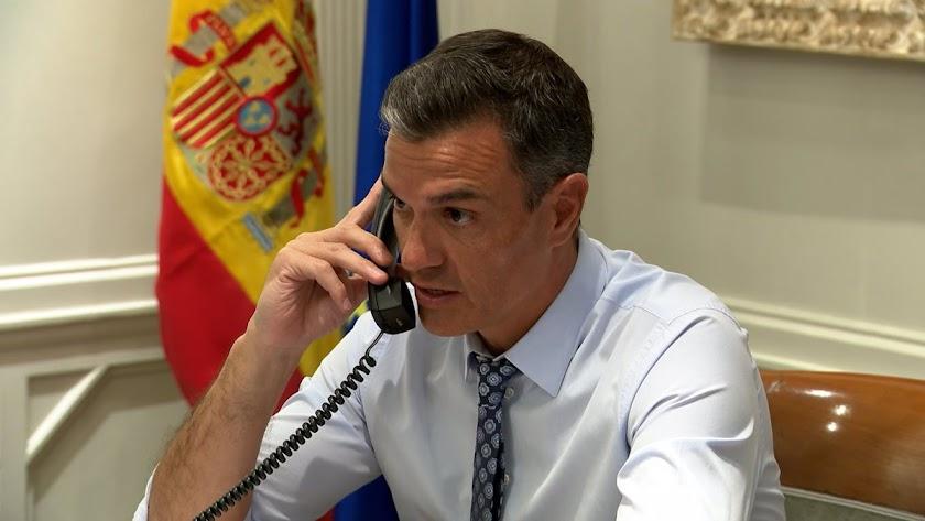 Pedro Sánchez durante su conversación con Biden.