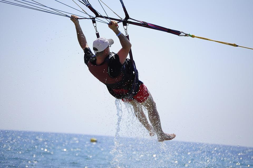 ¡Experiencia en paracaídas termina en un susto y una bajada de tensión horrible!