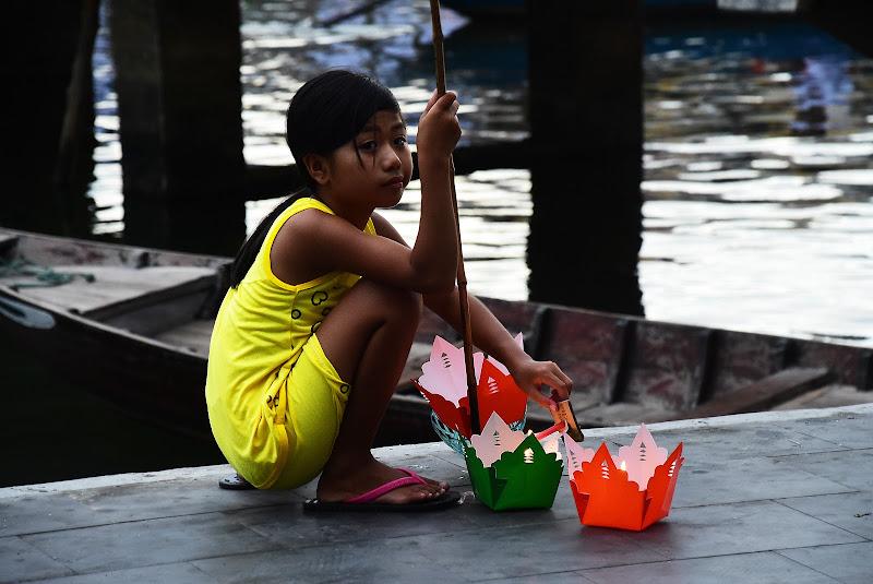 La bambina delle lanterne d'acqua di BASTET-Clara