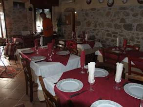 """Photo: Der Inhaber der Trattoria """"La Grotta"""" zeigt nicht nur stolz sein geschmackvolles Restaurant, ..."""
