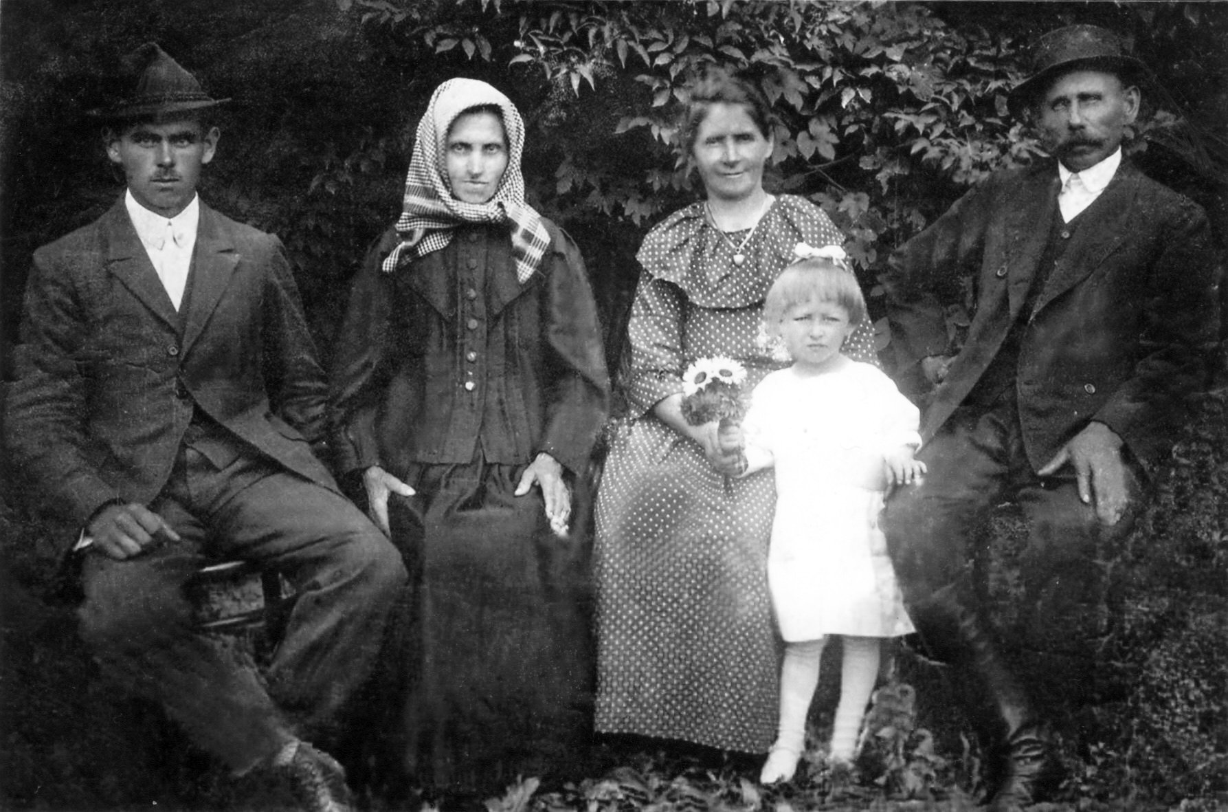 Photo: 1940-es évek ifjabb Beke Károly, Fehérváry Johanna és nővére id.Bekéné Fehérváry Katalin, idős Beke Károly, Polgári Ilus, háborús menekült Budapestről
