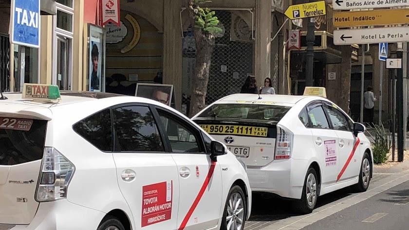 Imagen de archivo de dos taxis en Almería.