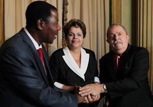 Photo: Ex-presidente Lula e presidenta Dilma cumprimentam Boni Yayi, presidente do Benin e presidente da União Africana. Foto: Ricardo Stuckert/Instituto Lula