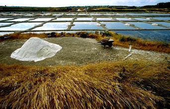Foto: Frankreich, Guérande, Arbeit in den Salzgärten - Fleur de sel, 1995 (France, Guérande, work in the salt marshes  - Fleur de sel, 1995) © Eckhard Supp