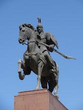 """Photo: Zajímavostí je, že původně na tomto místě byla umístěná socha Lenina. Tu v roce 2003 nahradila jiná socha zvaná Erkindik (v překladu """"svoboda"""") a od roku 2011 má socha současnou podobu."""