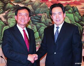 Photo: 志洋旅行社董事長蕭志洋與煙台市旅遊局前局長尹國文(右)合影