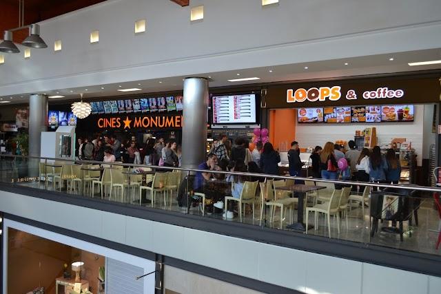 El local se ubica junto a los cines Monumental (Facebook Loops and Coffee).